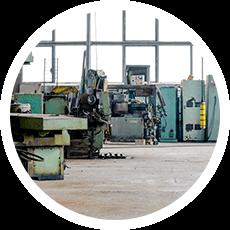 Industriehalle mit alten Maschinen vor einer Betriebsauflösung
